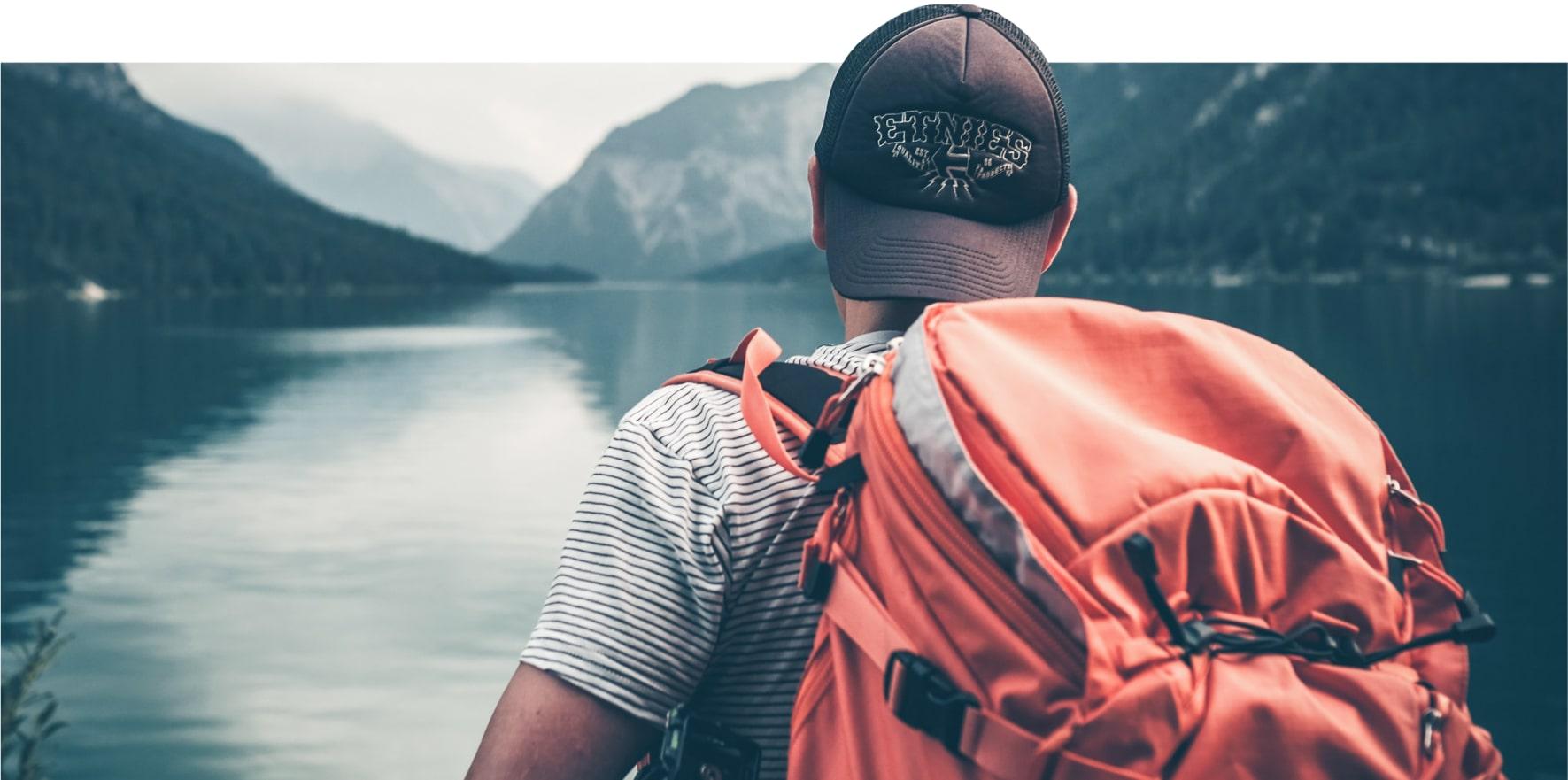 турист на берегу озера фото