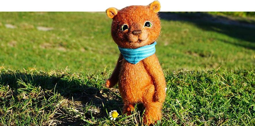 Улыбающийся мишка Тедди в голубом шарфе
