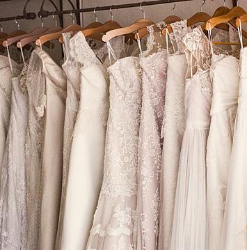 свадебные платья на вешалках