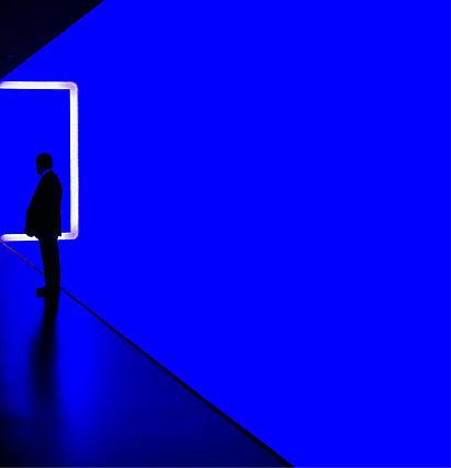 Мужчина в синей комнате