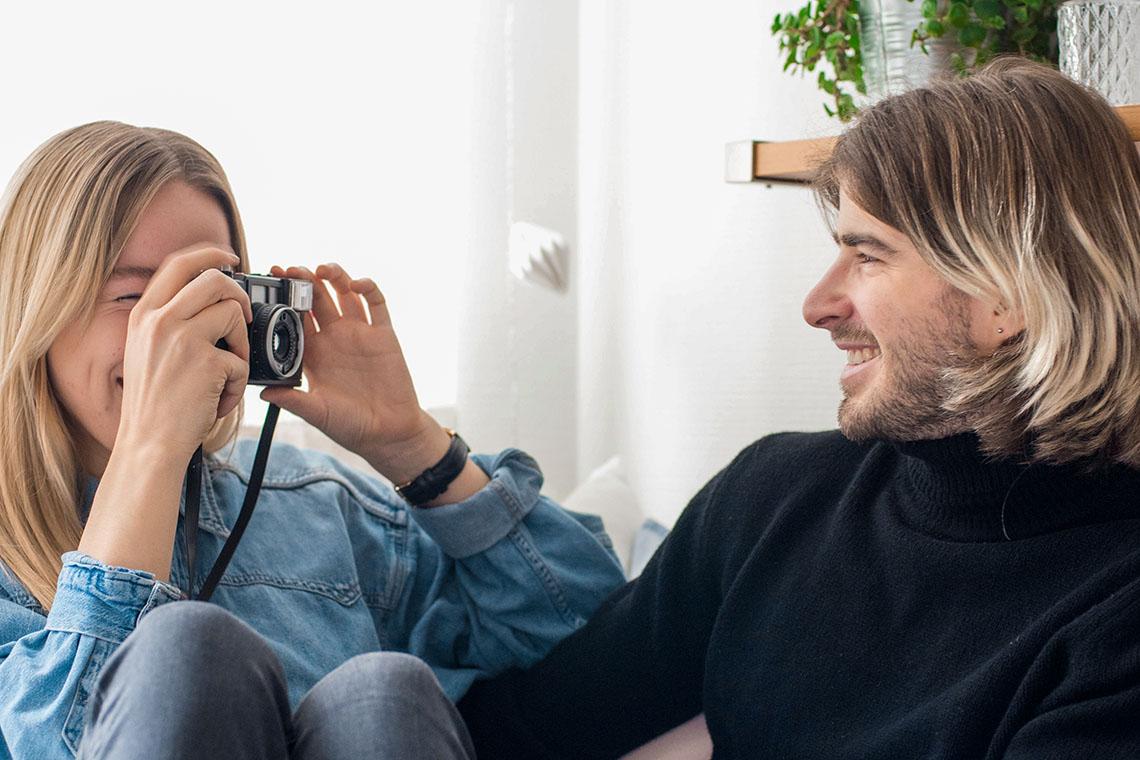 Девушка с фотоаппаратом и парнем