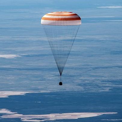 Капсула с астронавтами возвращается на Землю