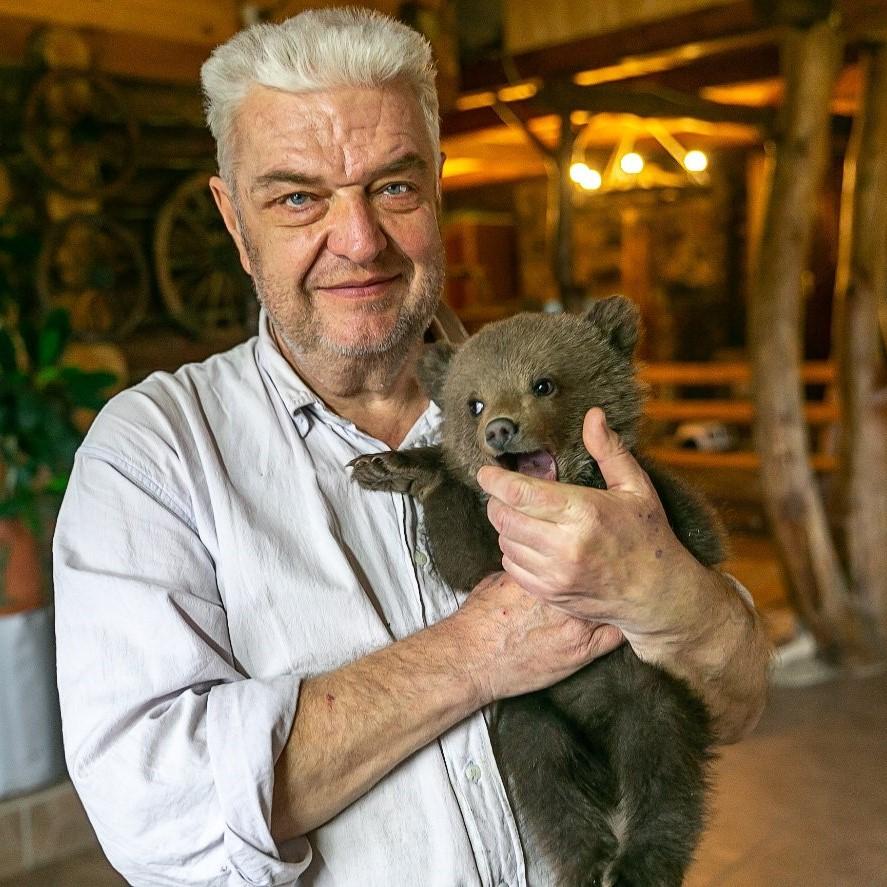 Николай Терлецкий держит в руках медвежонка