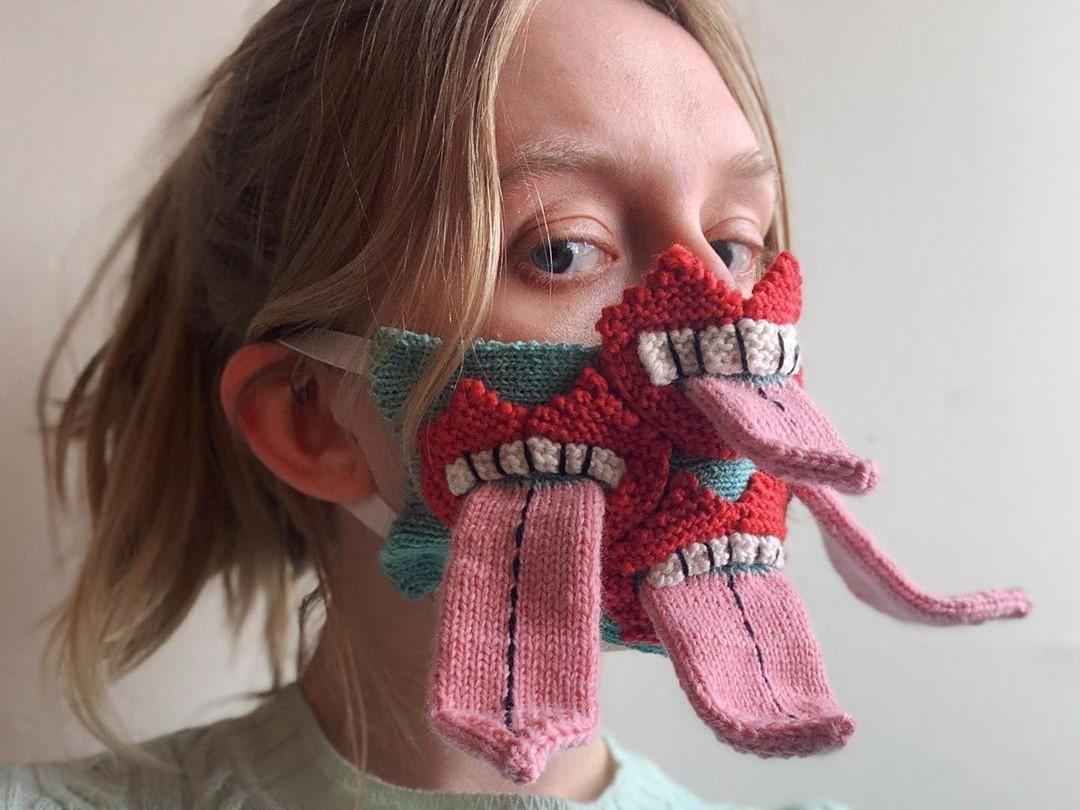 Девушка в вязанной маске