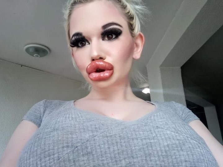 Девушка большие губы