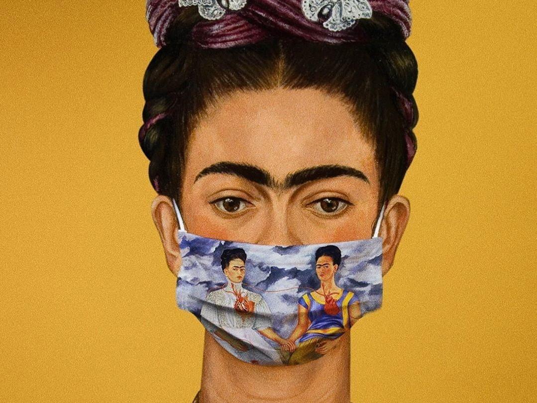 Смуглая девушка в маске