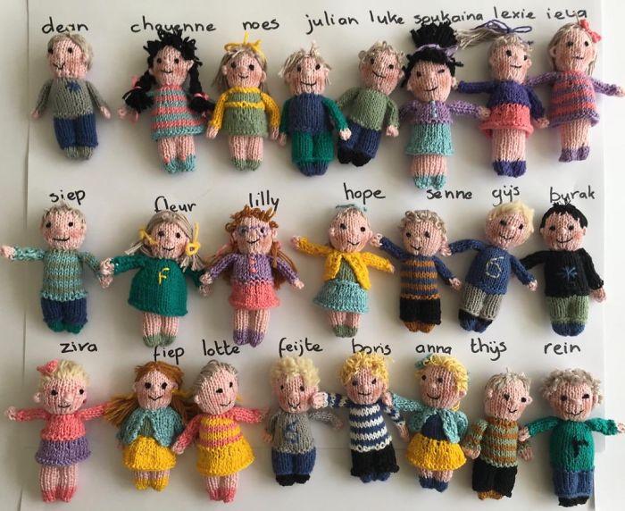Несколько вязаных кукол в ряд