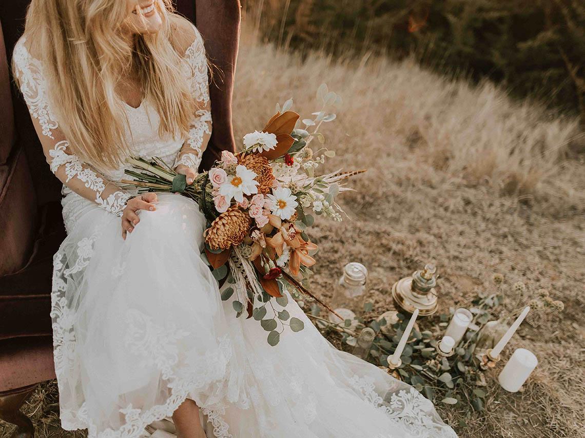 Девушка сидит в платье с букетом
