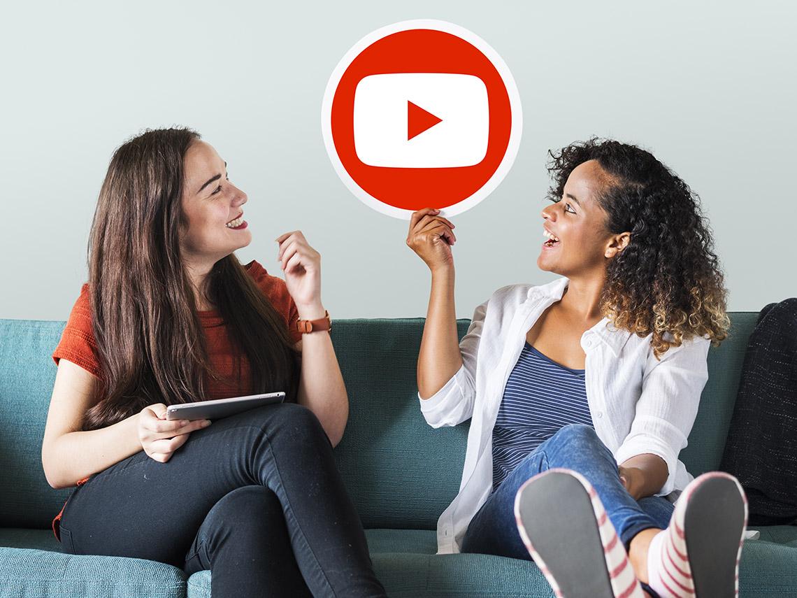 Изображение YouTube в руке