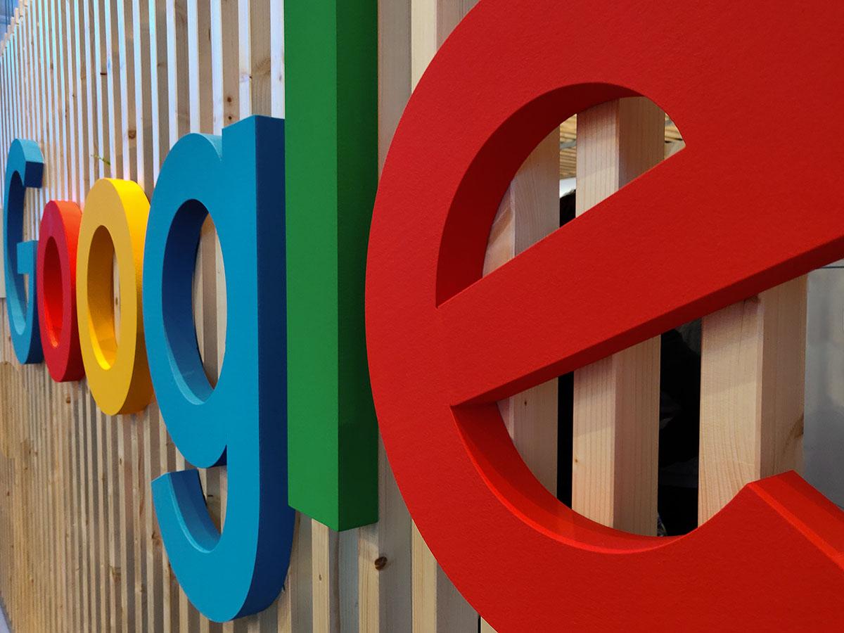 Логотип Google на стене