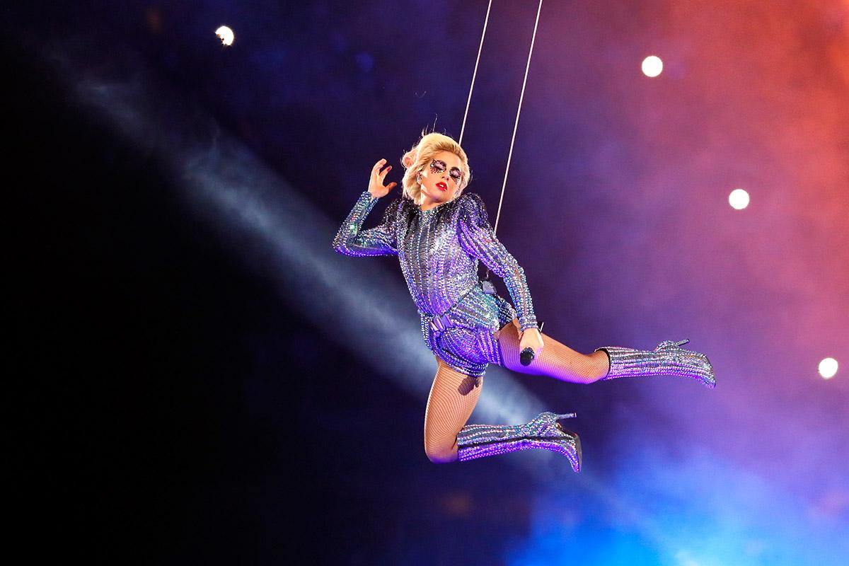 Леди Гага в ярком платье