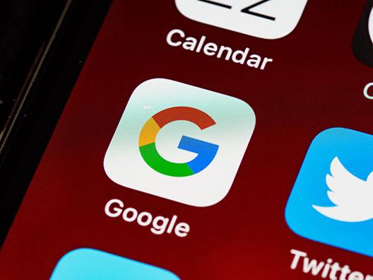 Логотип Google на смартфоне