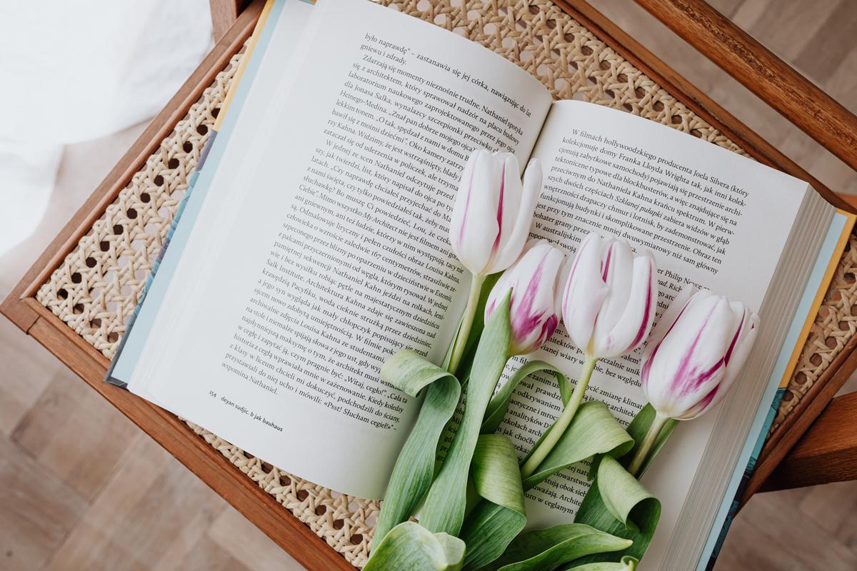 Весенняя композиция с книгой