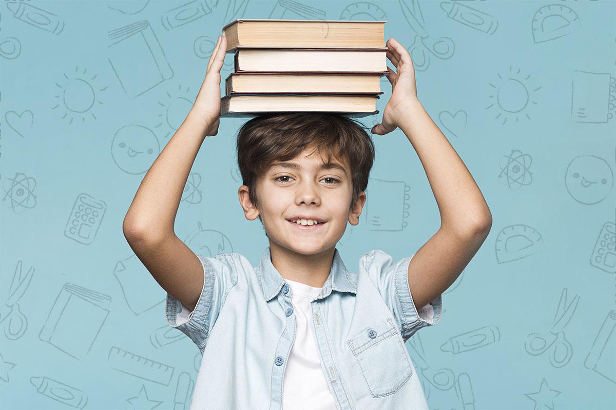 Мальчик с книгами