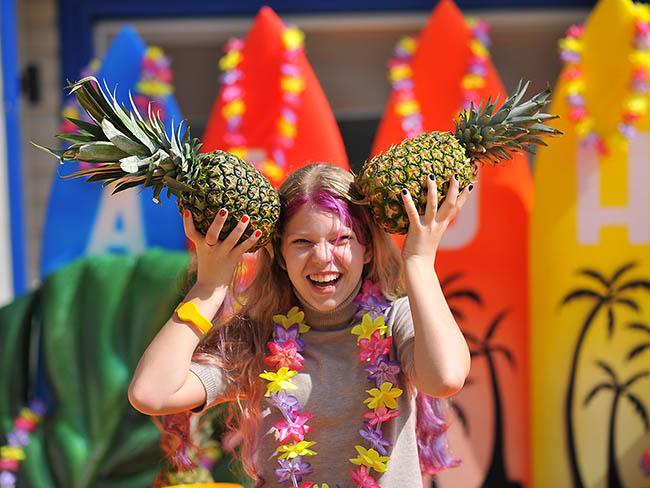 Девочка и ананасы