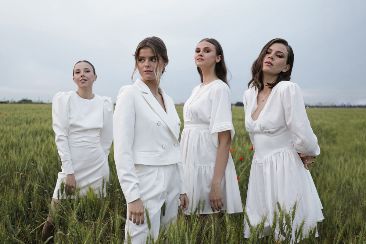 Девушки в белых нарядах