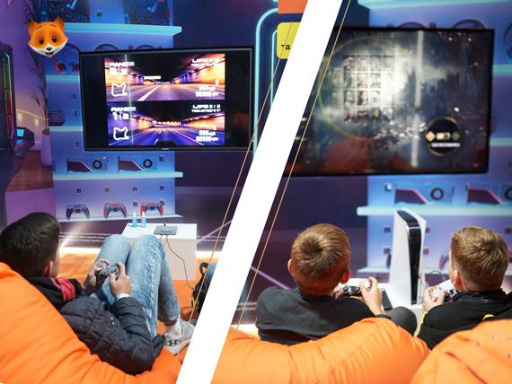 Парни играют в Playstation