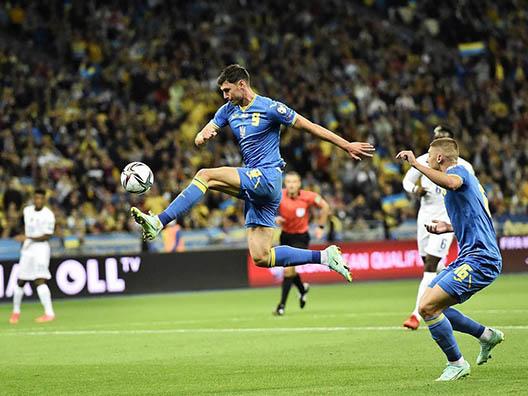 Футболист с мячем