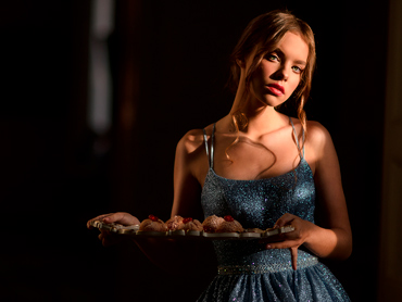 Девушка с пирожными от Катя Кейк, на подносе от Gracia